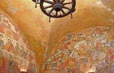 Оформление стены и потолка